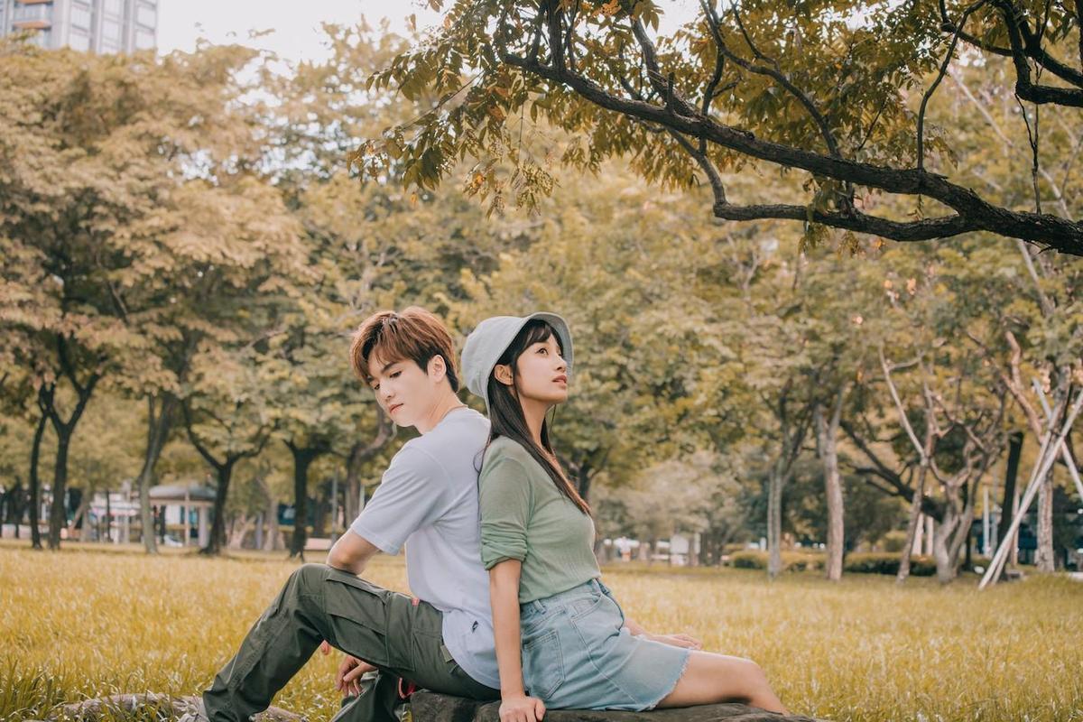 許凱皓(左)拍MV回憶過往戀情,直言前女友的微笑一直在他心中掀起浪濤。(野火娛樂提供)