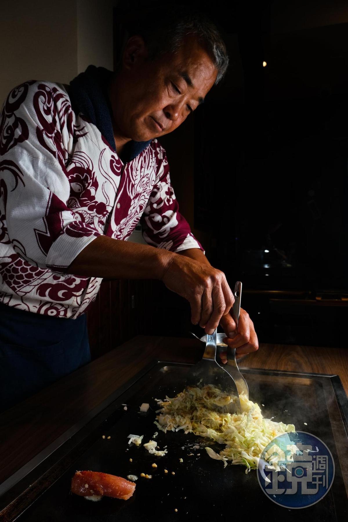 製作文字燒,要先在鐵板上炒軟高麗菜等配料。