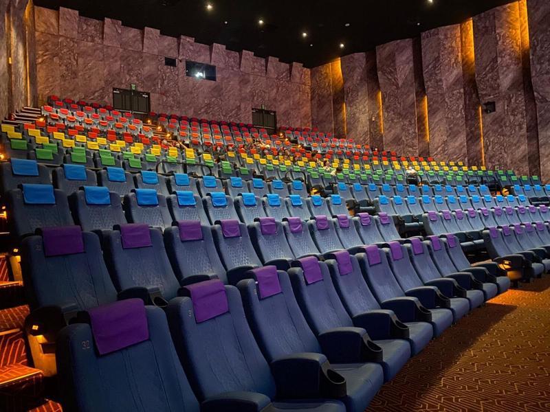 配合台灣同志遊行,信義A13的巨幕影廳變身為彩虹影廳,象徵彩虹不分你我、彼此包容的意涵。(威秀影城提供)