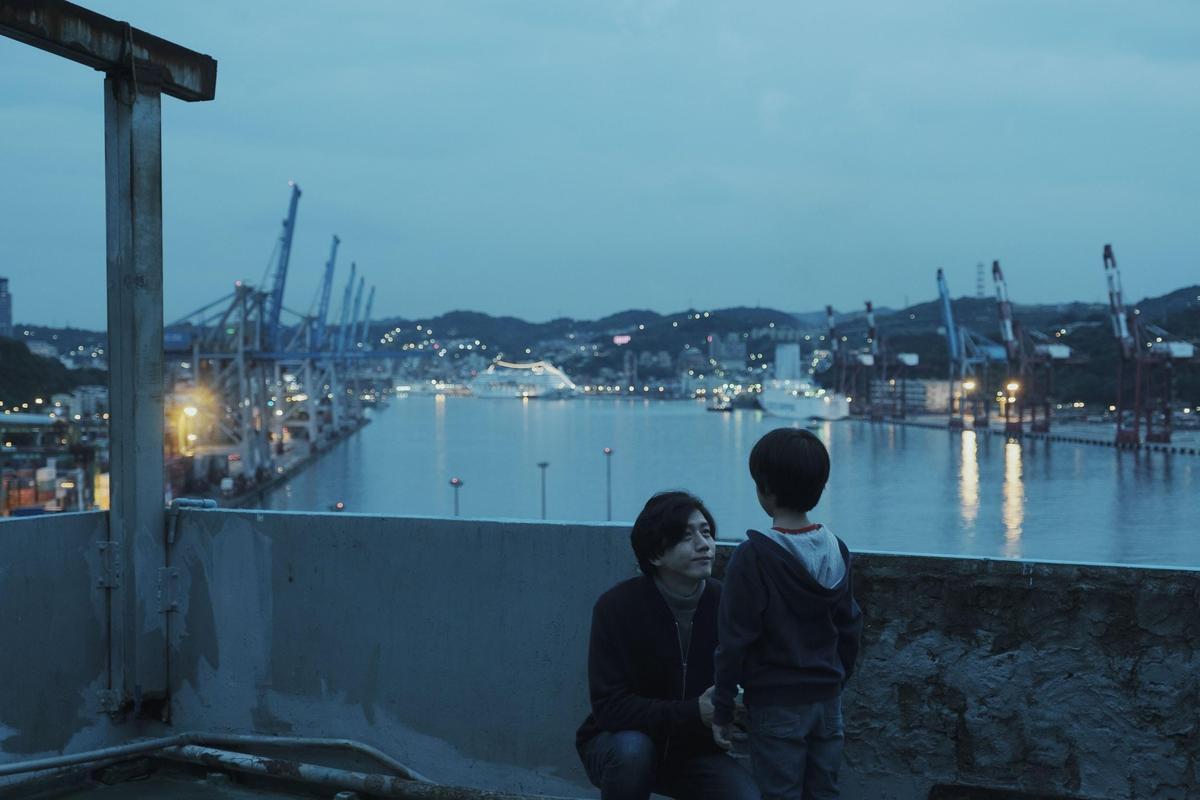 基隆的港都風景氣氛讓莫子儀(左)、白潤音的演出產生化學反應,畫面也更有味道。(牽猴子提供)