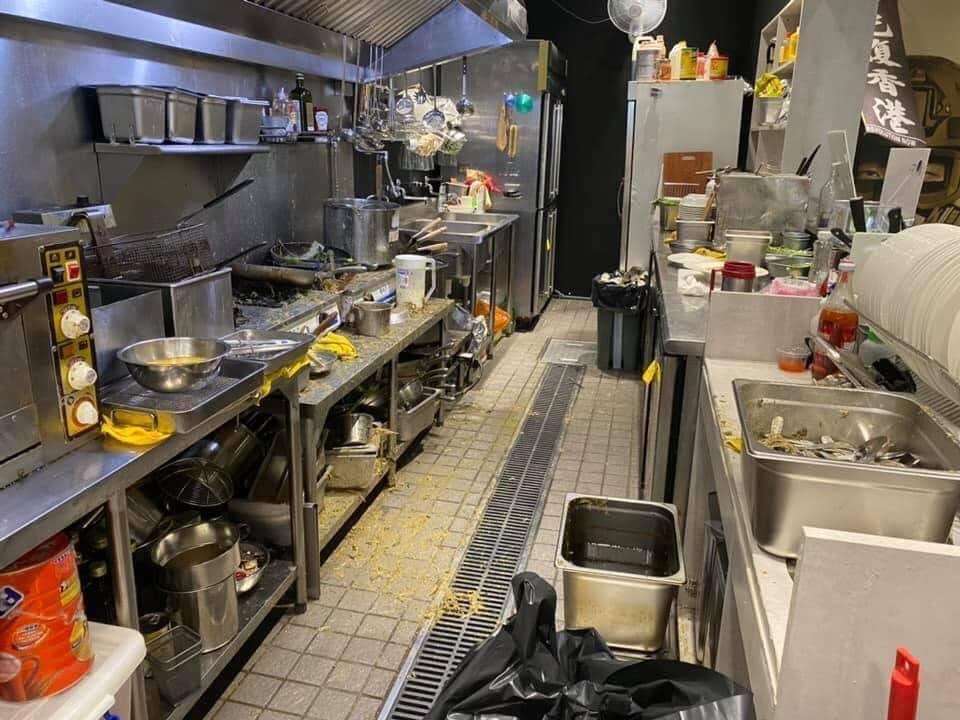 廚具和餐具全都遭殃,必須銷毀,「保護傘」只好緊急宣布暫停營業。(「獨眼新聞」臉書粉專提供)