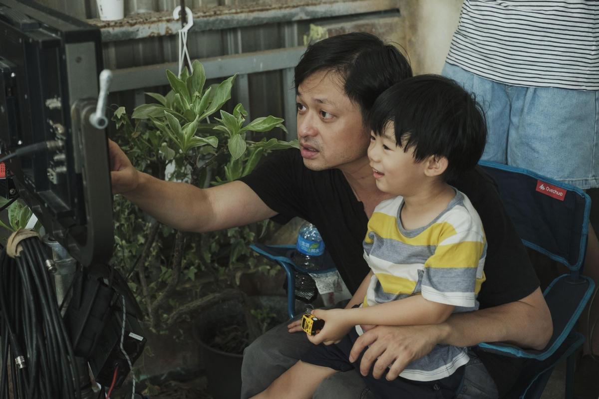 鄭有傑(左)身兼監製、編導與剪接4項職務,對於照顧指導小演員表演也很有一套。(牽猴子提供)