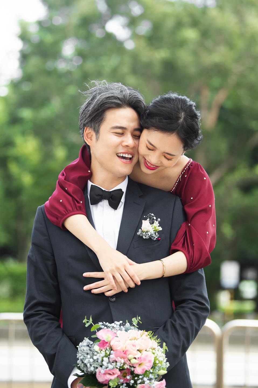 吳定謙的太太從他背後環抱,新婚喜悅從臉上笑容溢出。(翻攝自吳定謙臉書)