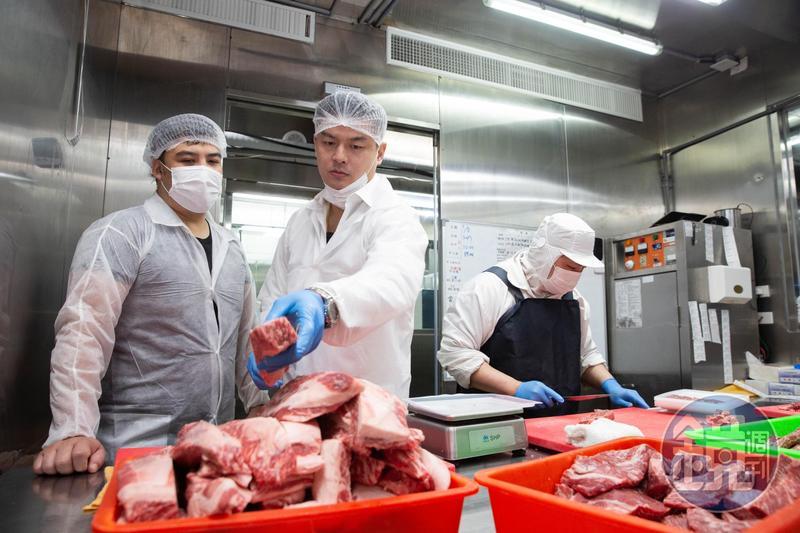 吳念忠(左2)堅持自建央廚精修切肉,耗損率近5成。