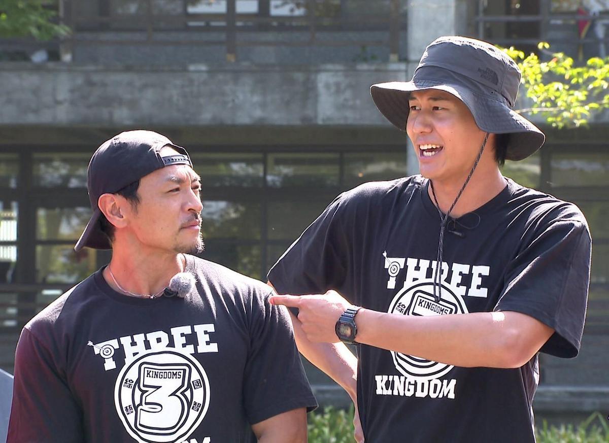 風田(右)在節目上向夢多(左)下戰帖,表示會勤練身材,3個月後見真章。(圖/台視提供)