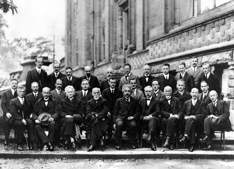 第三排左起:奧古斯特·皮卡爾德、亨里奧特、保羅·埃倫費斯特、愛德華·赫爾岑、西奧費·頓德爾、埃爾溫·薛丁格、維夏菲爾特、沃爾夫岡·包立、維爾納·海森堡、拉爾夫·福勒、萊昂·布里淵;第二排左起:彼得·德拜、馬丁·努森、威廉·勞倫斯·布拉格、亨德里克·克雷默、保羅·狄拉克、阿瑟·康普頓、路易·德布羅意、馬克斯·玻恩、尼爾斯·波耳;第一排左起:歐文·朗繆耳、馬克斯·普朗克、瑪麗·居禮、亨德里克·勞侖茲、阿爾伯特·愛因斯坦、保羅·朗之萬、查爾斯·古耶、查爾斯·威耳遜、歐文·理查森。(翻攝自維基百科)