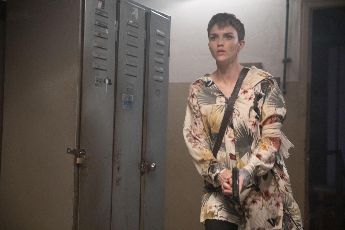 《奪命守門人》女主角露比蘿絲包辦全片所有動作場面。(双喜電影)
