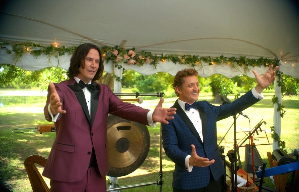 《阿比阿弟尋歌大冒險》阿比(右)跟阿弟(左)一直認為自己組的樂團會唱出改變世界的搖滾金曲,但結果他們只能當婚禮歌手餬口。(車庫娛樂)