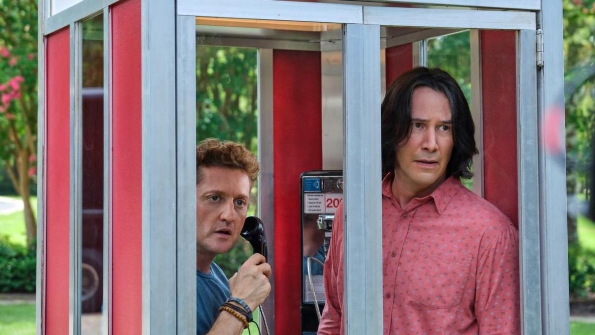 《阿比阿弟尋歌大冒險》其他電影要穿越時空都大費周章,只有本片用一個電話亭就能搞定。(車庫娛樂)