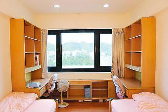 司法官學院宿舍雙人房約4坪大,空間無間隔,同住的人都可清楚看見對方的一舉一動。(翻攝法務部官網)