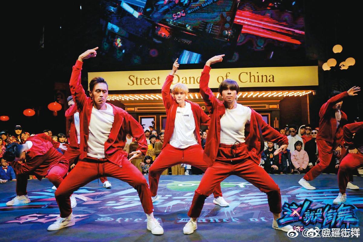 羅志祥(中)因為形象重挫,退出《這就是街舞》第3季主持群,損失超過上億元。(翻攝自羅志祥微博)