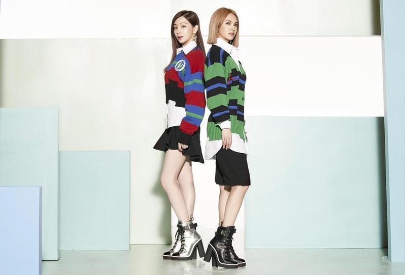 (右起)王心凌與楊丞淩在新歌《女孩們》MV中,穿上同款不同色的Giuseppe Zanotti Nidir復古高跟運動鞋。(EMI提供)