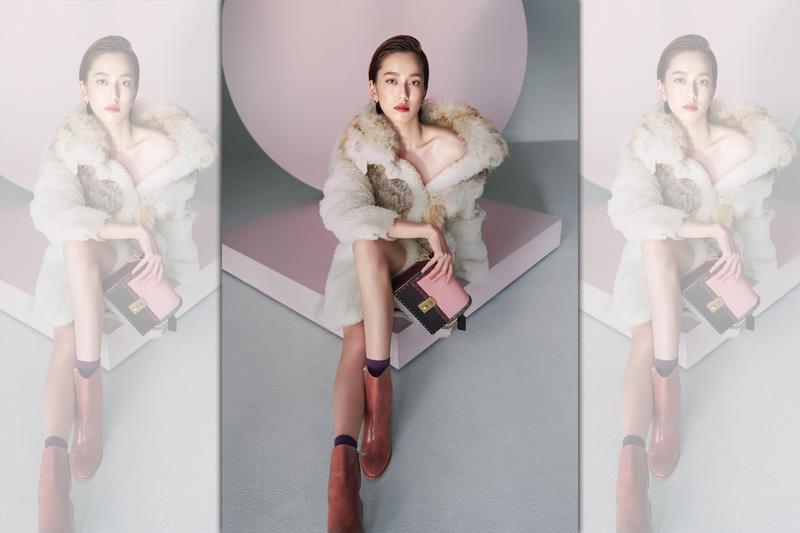 陳庭妮穿著COACH秋季系列大衣並拎著COACH x Jennifer Lopez聯名Hutton手袋演繹奢華性感風格。(COACH提供)