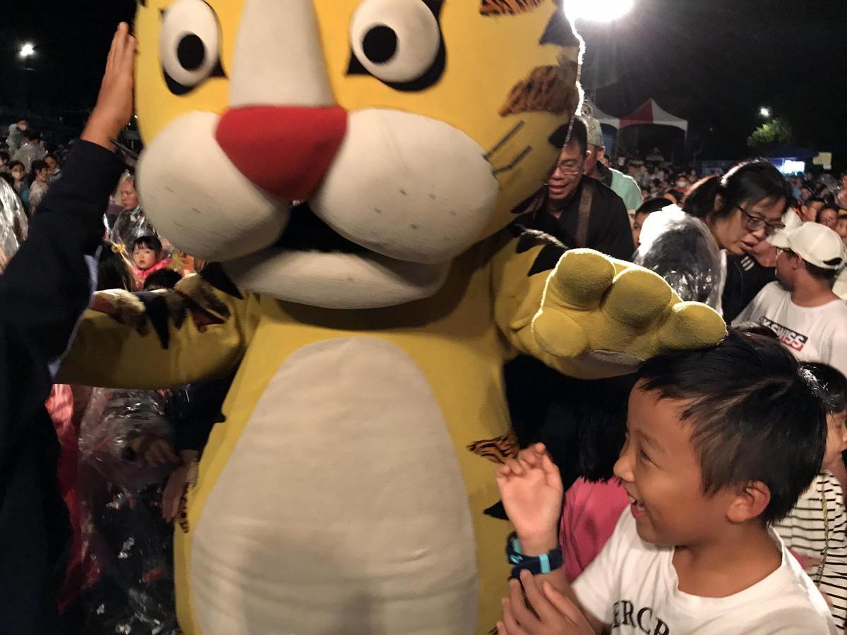 看到老虎人偶,小朋友興奮上前擁抱。(紙風車劇團提供)