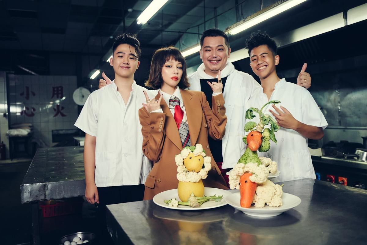 有親弟弟與2位外甥幫忙助陣,徐若瑄的MV充滿親情味道。(索尼音樂提供)