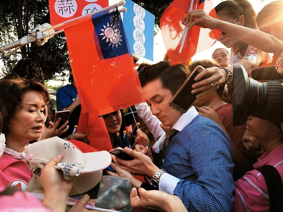 在韓流如日中天之時,王又正竄紅成為韓粉第一主播,跟韓國瑜跑行程時,常被群眾簇擁要求簽名合影。(王又正提供)