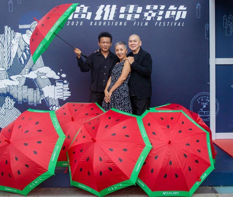 《天邊一朵雲》在高雄電影節舉行15週年特映,導演蔡明亮與演員陸弈靜、李康生收到當年拍攝時的西瓜傘道具禮物。(高雄電影節提供)