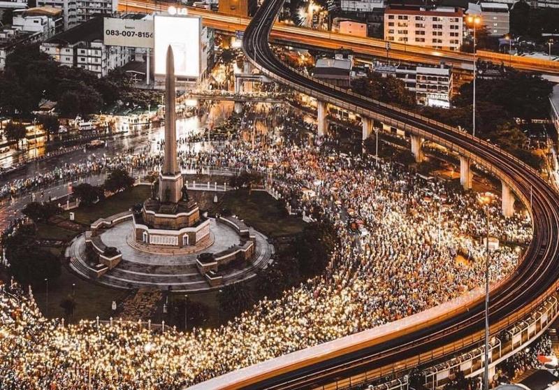 昨日泰國反政府示威集會在當地晚上約8時陸續結束,氣氛和平。(翻攝自推特 @Beautyfemmeft)
