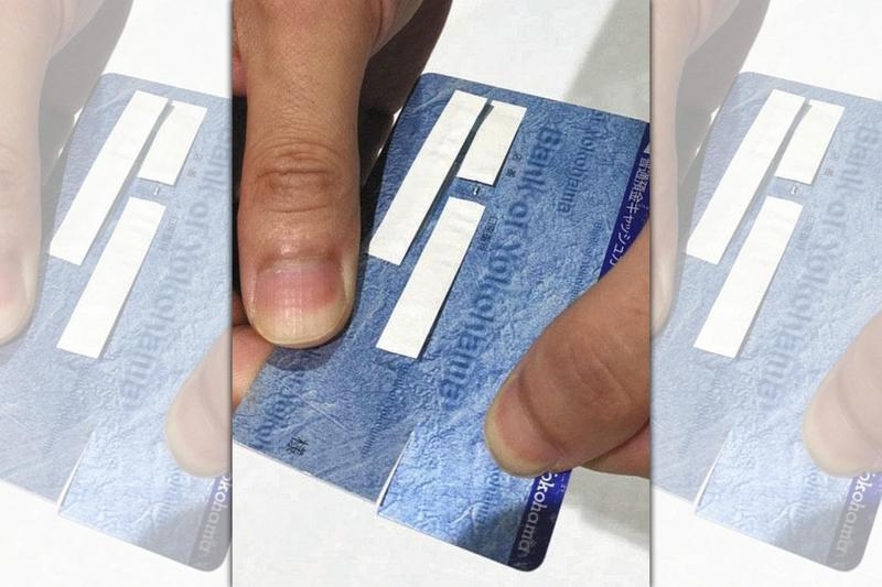 嫌犯假扮檢警人員到年長者家中收取金融卡,並故意剪下一角後進行盜領。(翻攝畫面)