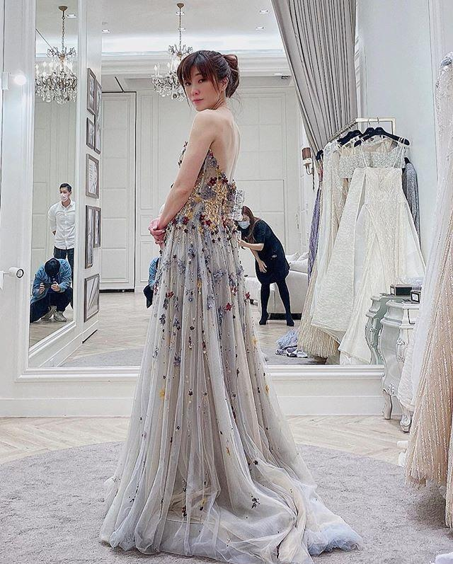KIMIKO貼出多張禮服試穿照,跳舞練出的姣好身材一覽無遺。(翻攝自KIMIKO IG)
