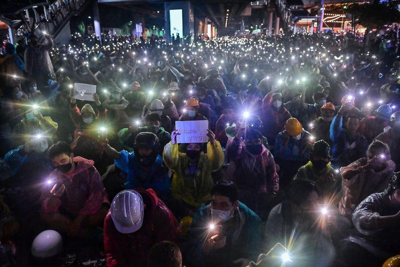 泰國示威活動奏效,逼得總理帕拉育不得不面對。(翻攝自推特@ajplus)