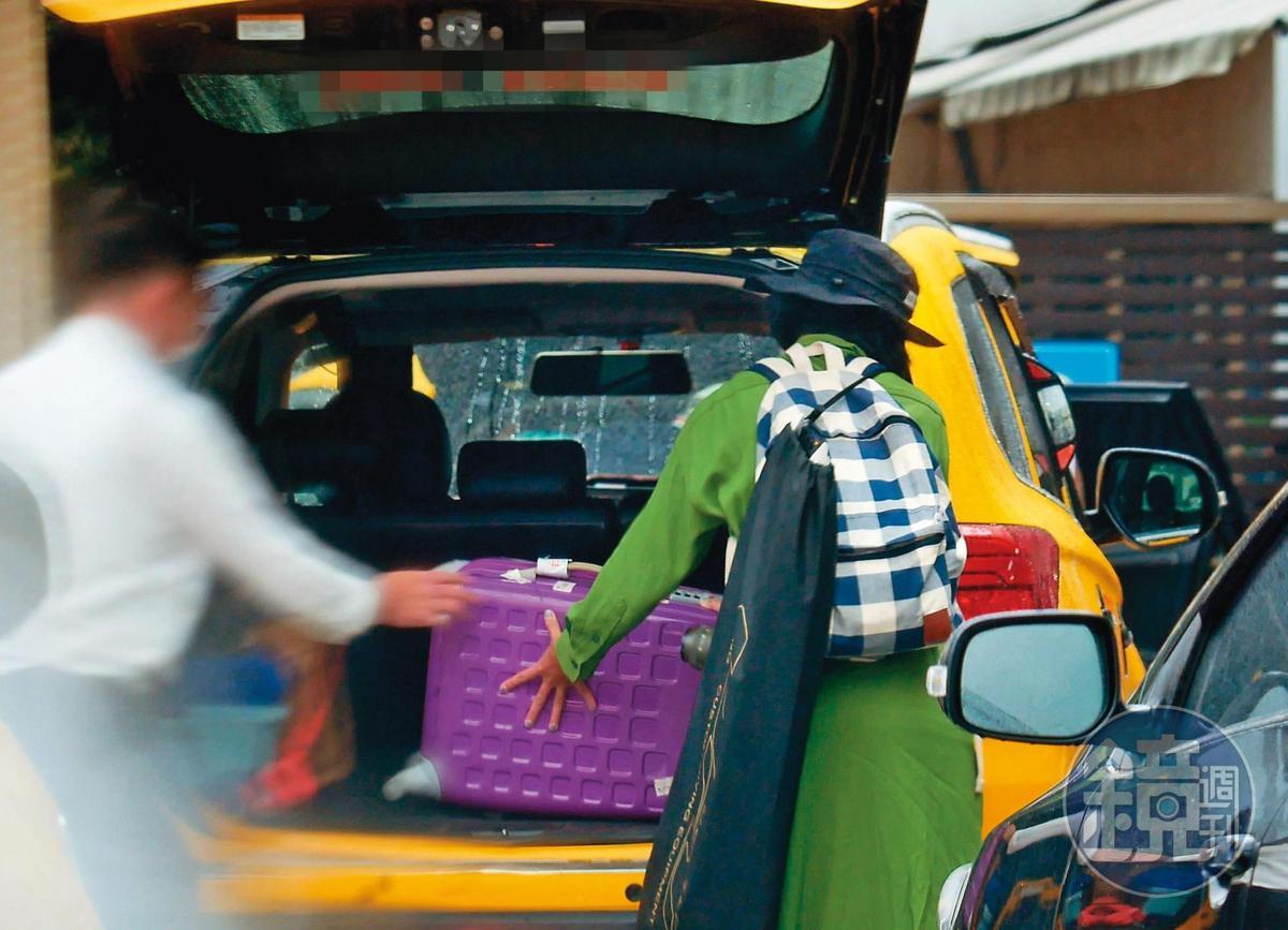 16:24,抱完一輪之後,温貞菱先把行李放上計程車,再上前擁抱KID。