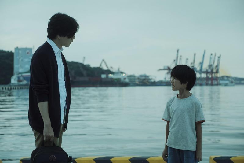 莫子儀(左)、白潤音(右)主演的《親愛的房客》,在有山、有海的基隆拍攝。(牽猴子提供)