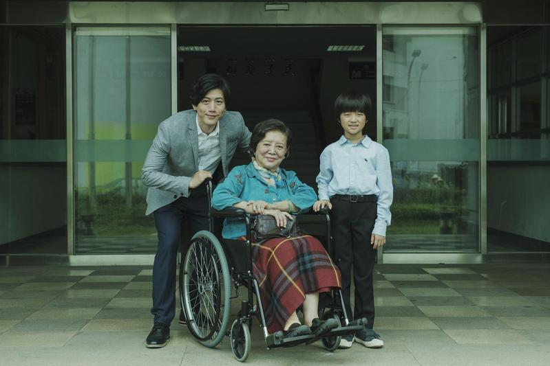 表演科班出身的莫子儀(左)有逾20年的戲齡,陳淑芳(中)演戲則已超過一甲子。(牽猴子提供)