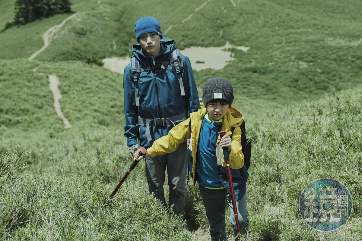 戲中莫子儀(左)帶著白潤音(右)一起登山。(牽猴子提供)