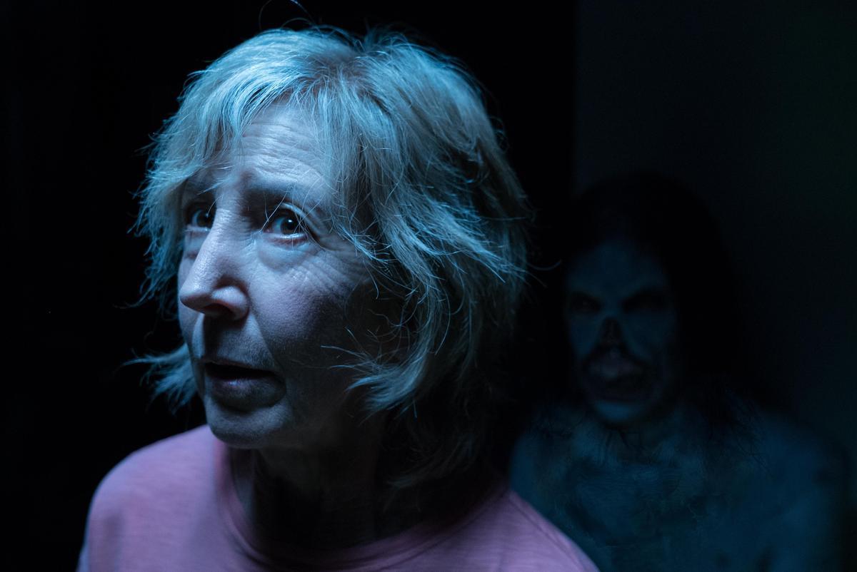 《陰兒房》系列捧紅了飾演靈媒的女星琳雪伊,讓她成為年輕一輩影迷心中的鬼后。(索尼影業提供)