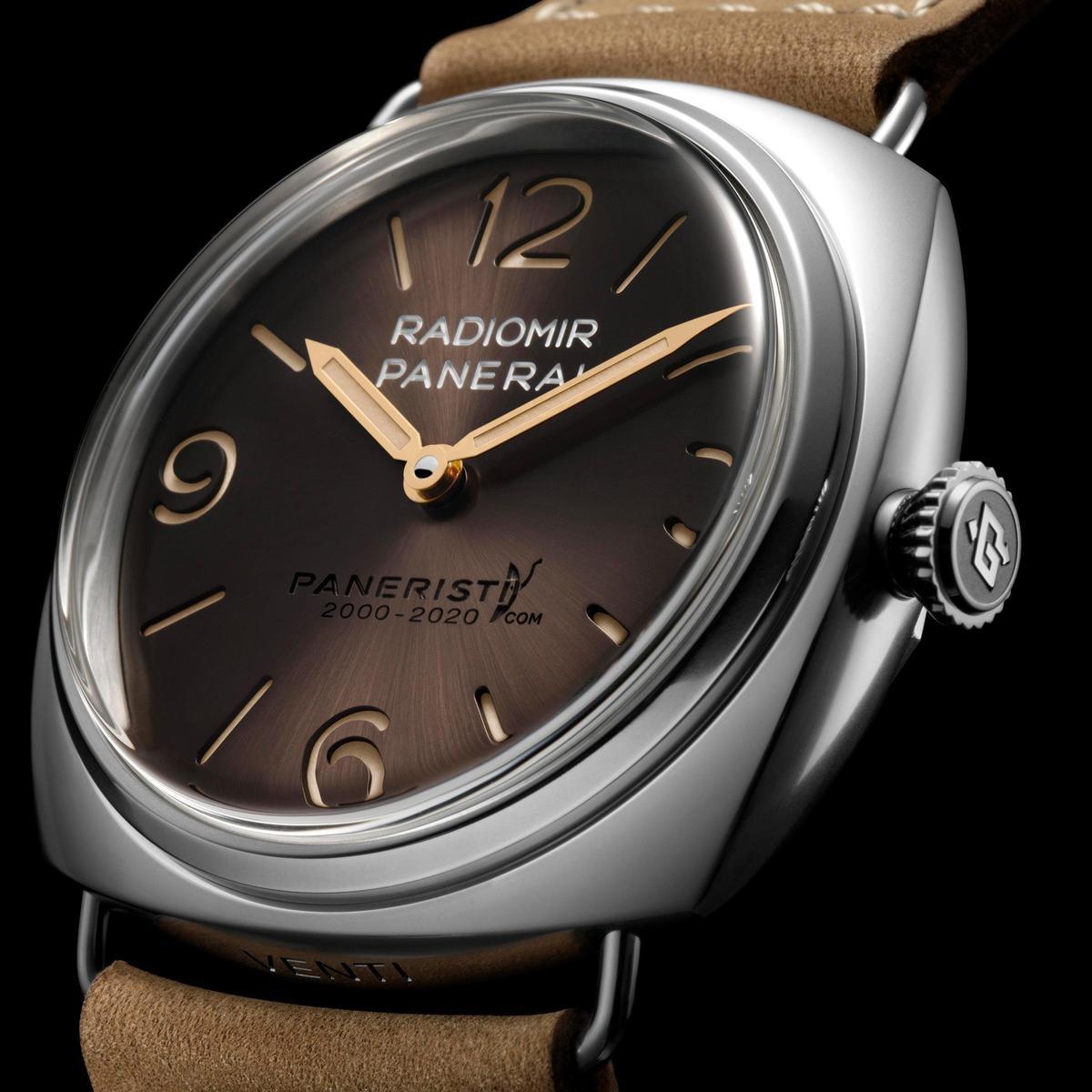 Radiomir Venti腕錶的棕色面盤與金色指針帶著濃濃的復古感。面盤上方刻有「PANERISTI.COM 2000-2020」字樣。