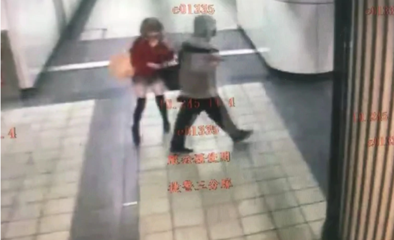 黃以安行經東區地下街時,遭一名不明男子衝撞襲胸。(台北市捷運警察隊提供)