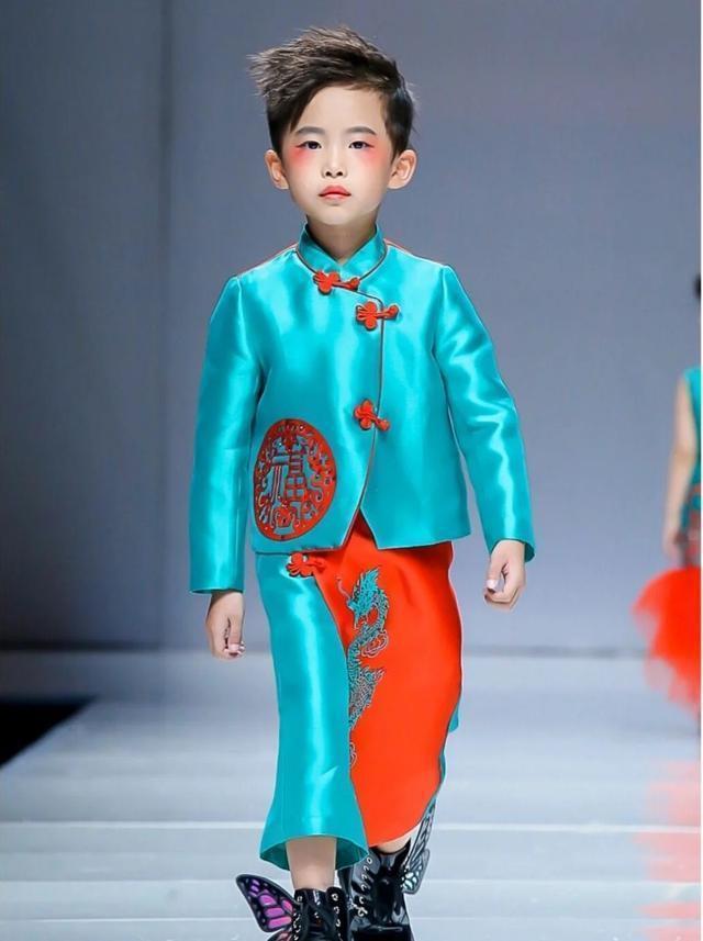 7歲的易烊昱華已踏進演藝圈,日前幫品牌走秀。(網路圖片提供)