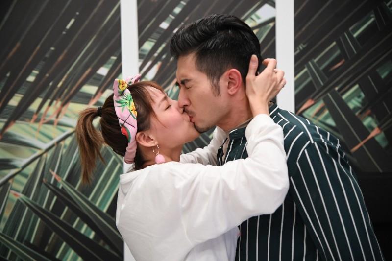 卓毓彤(左)在偶像劇《網紅的瘋狂世界》為確認心意,強吻了言明澔(右),兩人當時也傳出緋聞。(三立提供)
