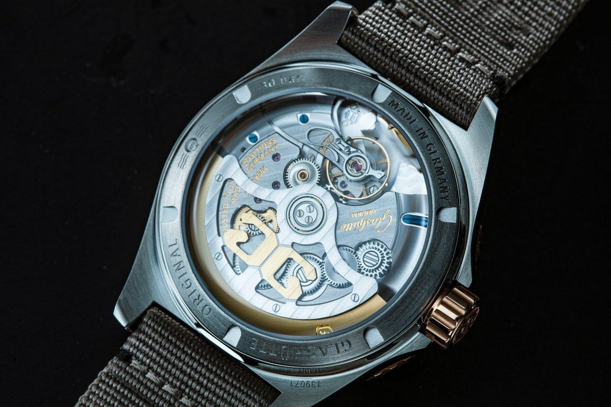 格拉蘇蒂原創SeaQ潛水錶大日曆錶款,裝載36-13自動上鏈機芯,動力儲存為100小時。除此之外,錶殼防水規格提升到300米,並通過ISO 6425以及DIN 8306認證。