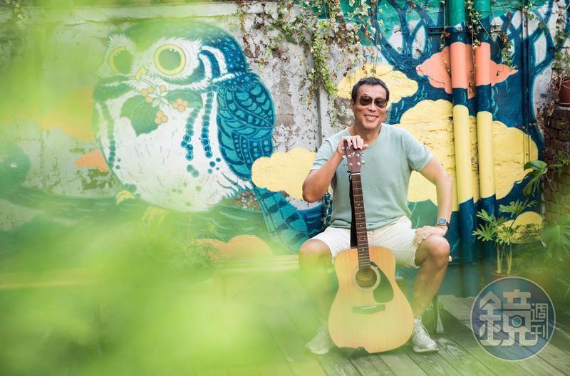 田臨斌45歲退休後,曾考上街頭藝人,至今仍不忘練唱。