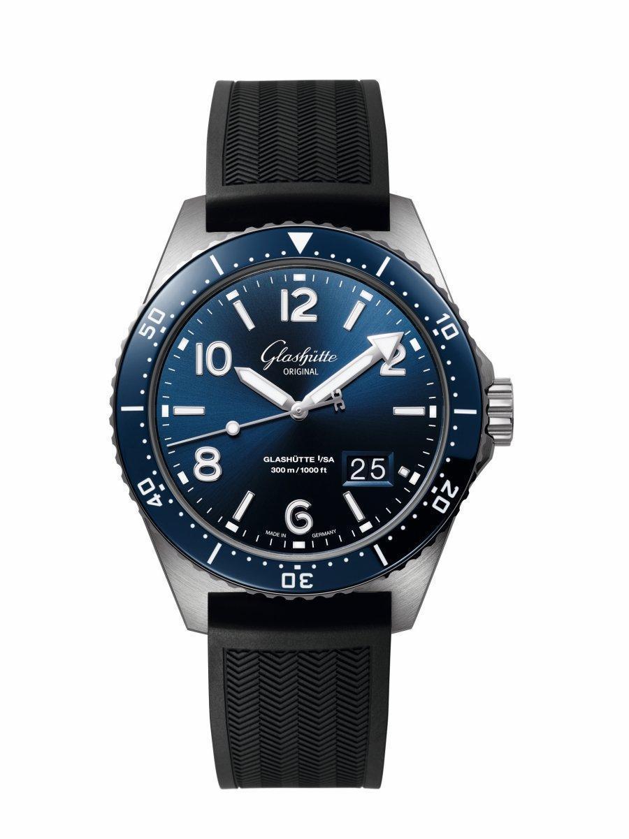 格拉蘇蒂原創SeaQ大日曆藍面膠帶款,配摺疊扣NT$389,000;配針扣NT$378,000。