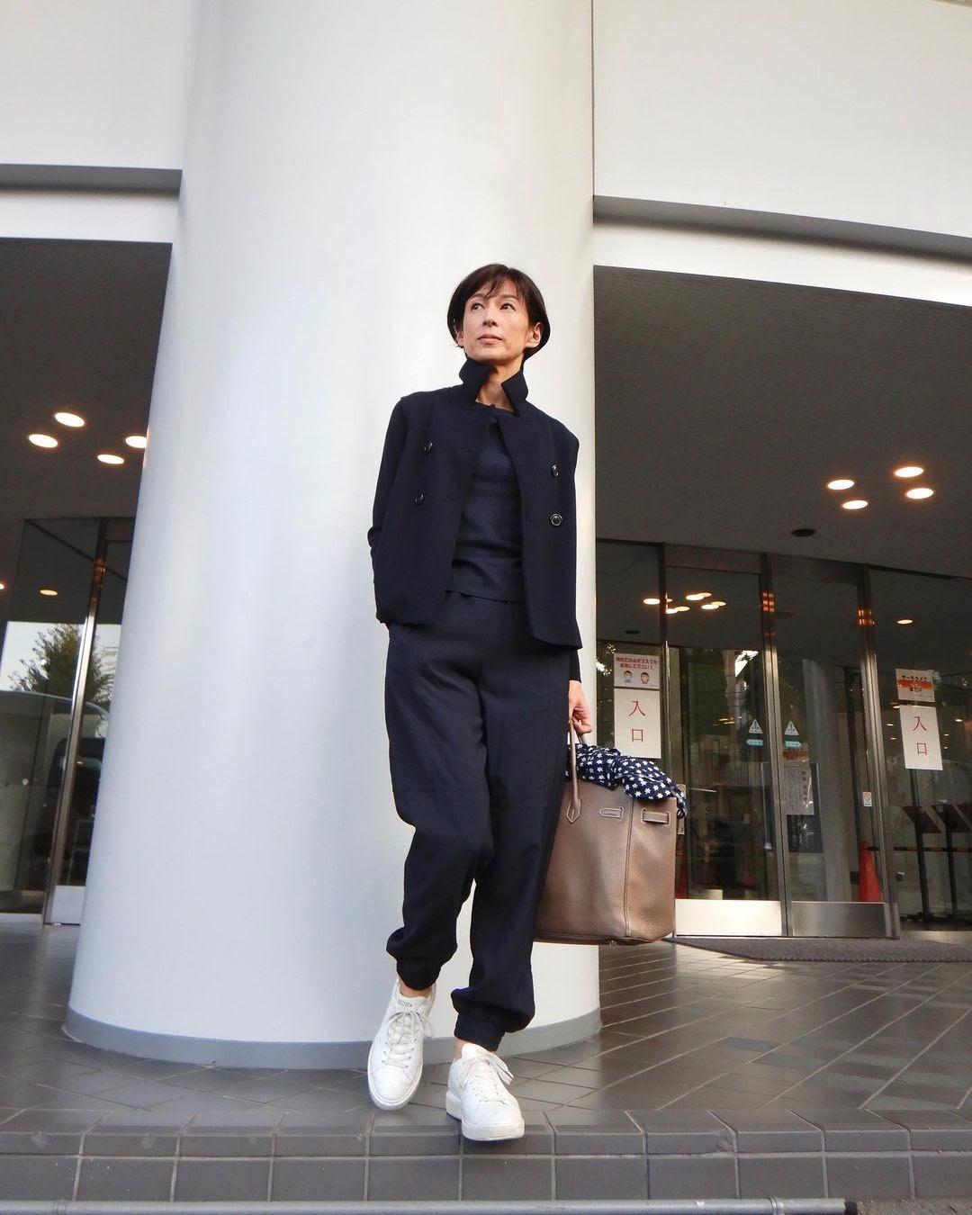 鈴木保奈美分享最近工作時的休閒穿搭,單品細節引來粉絲討論。(翻攝自鈴木保奈美IG)