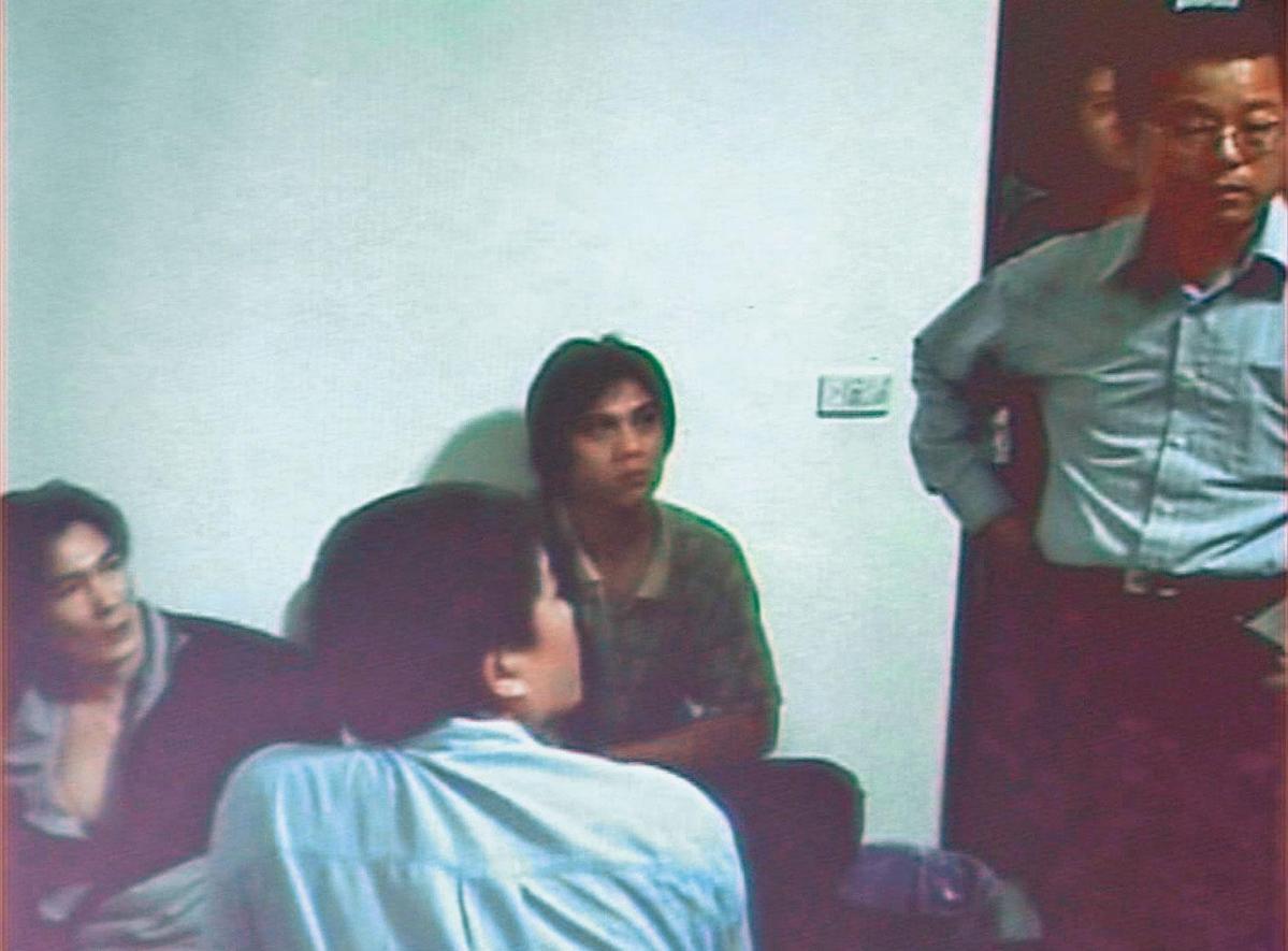 警方在藏匿肉票的別墅內,逮捕3名負責看管的大圈仔。(翻攝畫面)