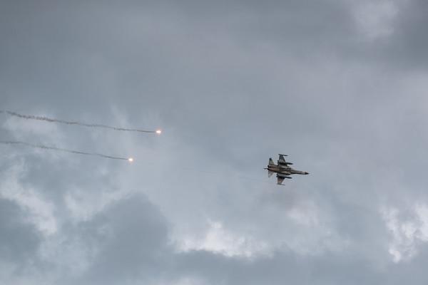 台南網友深夜看到兩架IDF戰機升空。示意圖,圖為IDF投放熱焰彈。(軍聞社提供)