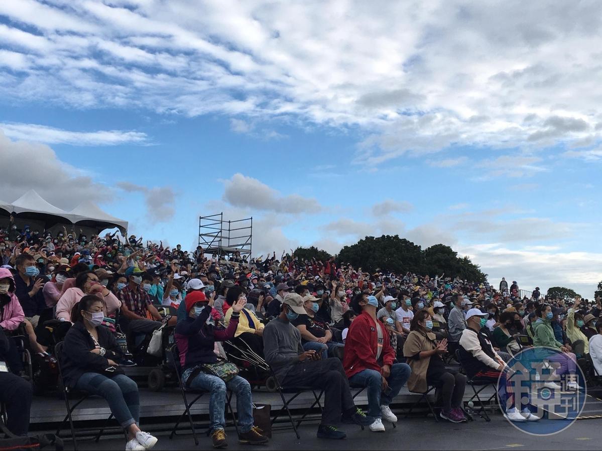 「2020池上秋收稻穗藝術節」最終場25日下午在池上鄉萬安社區天堂路稻田區舉行,連著幾天陰霾後,再現陽光藍天。