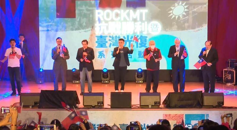 中國國民黨祕書長李乾龍(右起)、前主席吳敦義、吳伯雄、現任主席江啟臣、前主席馬英九、朱立倫一同高歌〈媽媽請妳也保重〉。(翻攝自國民黨臉書)