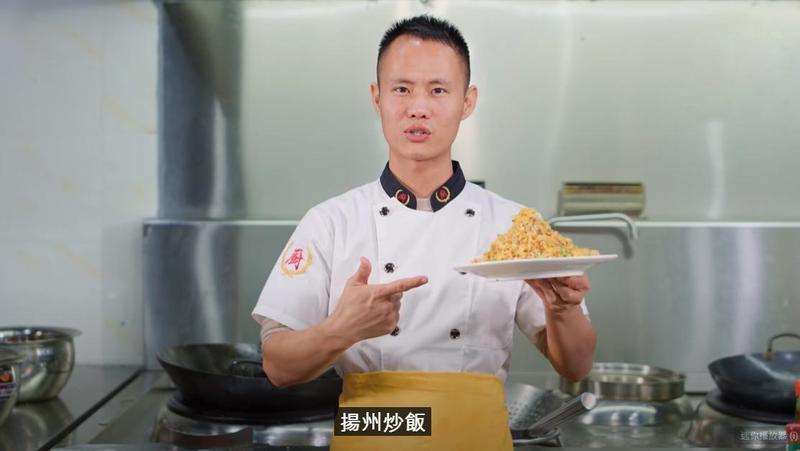 中國料理網紅王剛竟因分享炒飯做法,遭到網友砲轟。(翻攝自王剛YouTube)
