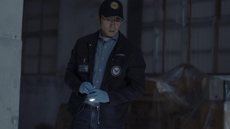 張孝全在《誰是被害者》飾演有亞斯伯格症的鑑識人員,雖然未能敲響金鐘,卻在釜山拿到最佳男主角獎。(Netflix提供)