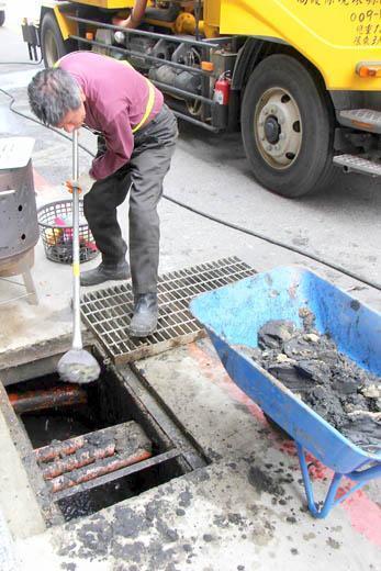 有網友回覆,以圖找圖出現清理水溝的鏟子。(翻攝自PTT)