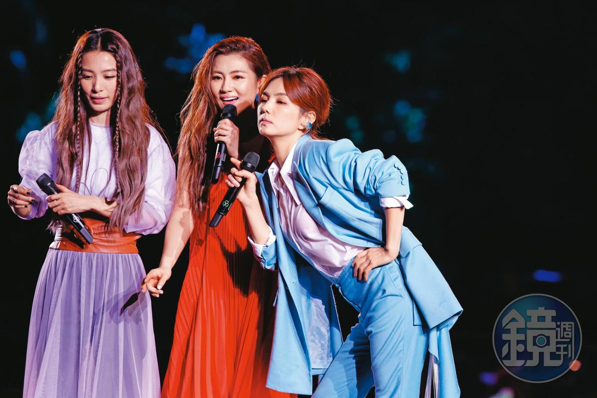 Selina於2018年的S.H.E「17」音樂會上突發失聲,令粉絲相當心疼,Ella和Hebe一路陪伴幫Selina渡過難關。