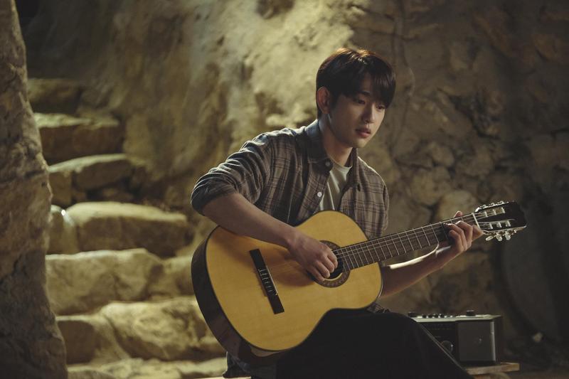 朴珍榮為了彈吉他的戲份,花了相當多時間勤練。(中天電視台提供)