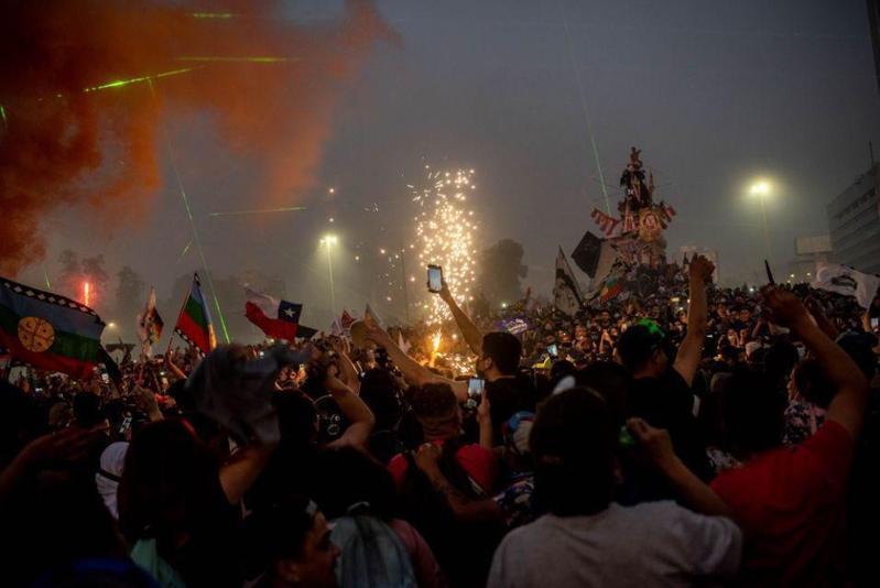 智利日前通過了制定新憲法的公投。(翻攝自「Emerson Machtus」twitter)