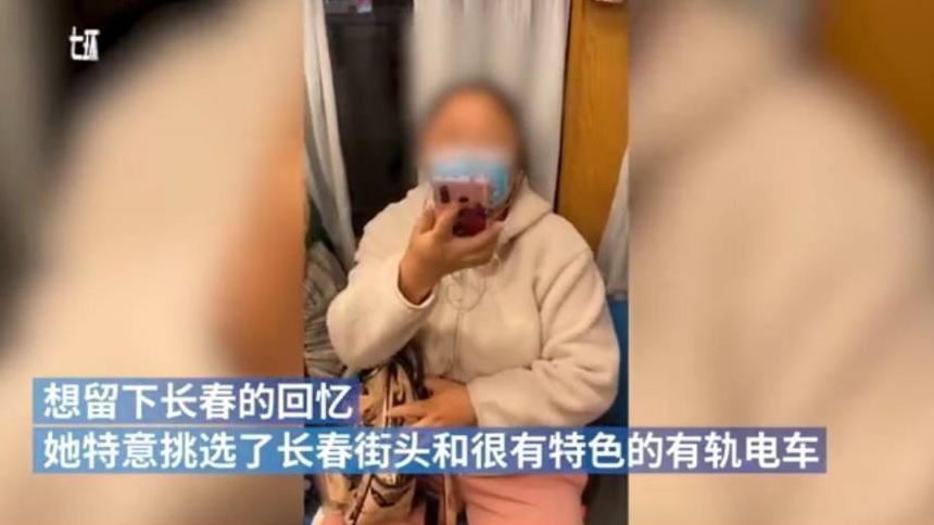 大媽與正妹起了爭執,當場拿起手機反拍對方。(翻攝自澎湃視頻)