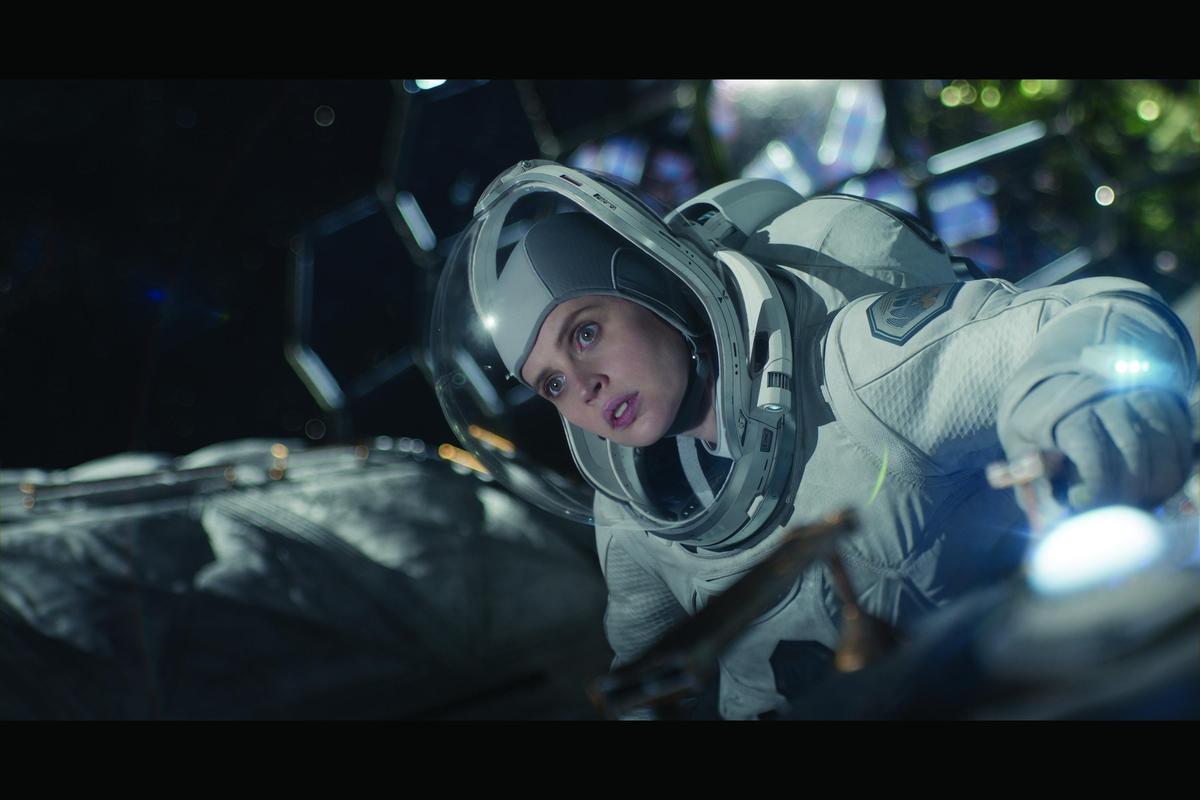 費莉絲蒂瓊斯在《永夜漂流》飾演與地球失去聯繫的太空人,不知地球已經陷入冰雪末日,卻急著返航。(Netflix提供)